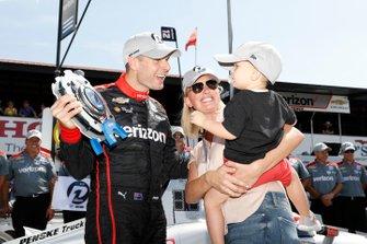 Will Power, Team Penske Chevrolet gana el premio NTT P1 y la pole, con su esposa Liz y su hijo Beau