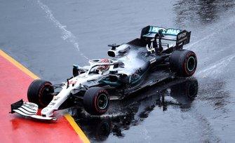Lewis Hamilton, Mercedes AMG F1 W10,va a sbattere, ma riprende la via della pista