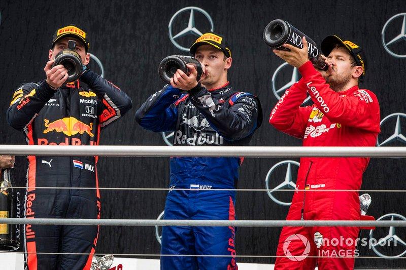 Il vincitore della gara Max Verstappen, Red Bull Racing, Daniil Kvyat, Toro Rosso e Sebastian Vettel, Ferrari festeggia sul podio con lo champagne
