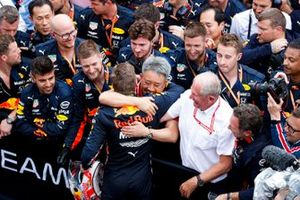 Race winner Max Verstappen, Red Bull Racing celebrates in Parc Ferme with Masashi Yamamoto, General Manager, Honda Motorsport and Helmut Marko, Consultant, Red Bull Racing