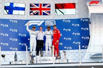 Valtteri Bottas, Mercedes AMG F1, 2e plaats, Fred Judd, Chief Engineer Trackside, Mercedes AMG F1, Lewis Hamilton, Mercedes AMG F1, 1e plaats, en Charles Leclerc, Ferrari, 3e plaats, op het podium