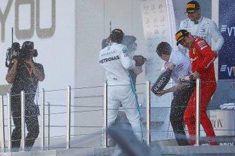 Winnaar Lewis Hamilton, Mercedes AMG F1, Charles Leclerc, Ferrari SF90 en Valtteri Bottas, Mercedes AMG W10 op het podium