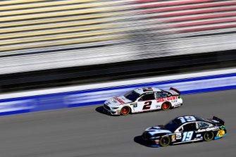 Brad Keselowski, Team Penske, Ford Mustang Discount Tire, Martin Truex Jr., Joe Gibbs Racing, Toyota Camry Auto-Owners Insurance/Martin Truex Jr. 500th Start