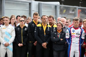 Callum Ilott, Sauber Junior Team by Charouz, Cyril Abiteboul, Managing Director, Renault F1 Team stand on the grid for the memorial of Anthoine Hubert