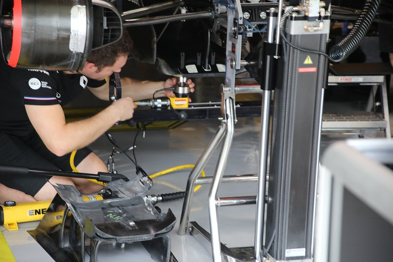 Mechanic at work on the Renault F1 Team R.S.19