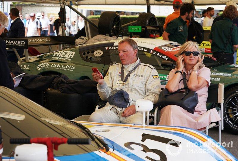 Ray Mallock en frente del Aston Martin Nimrod