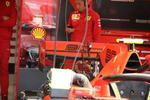 Charles Leclerc, detalle del alerón trasero de Ferrari SF90