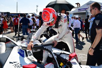 Maximilian Gunther, Dragon Racing steps into his car on the grid