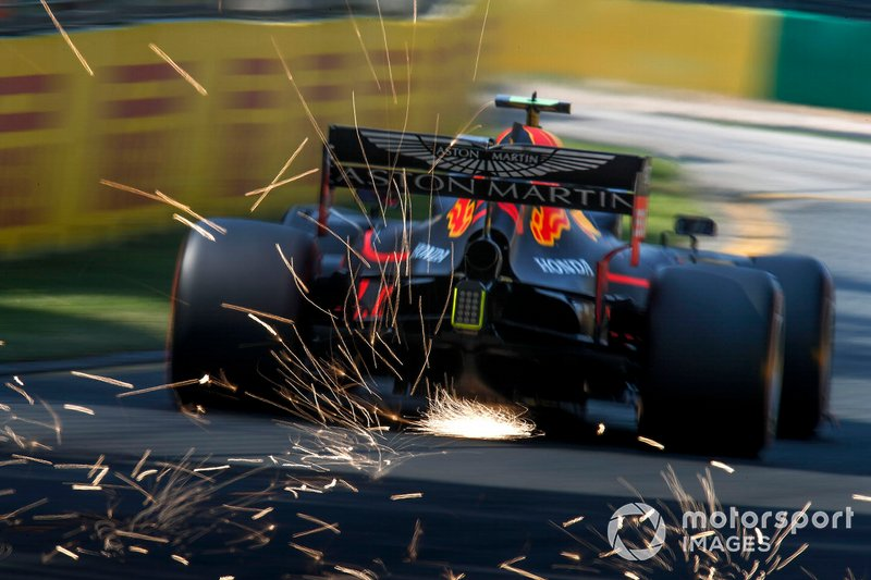 Pierre Gasly, Red Bull Racing RB15, solleva scintille