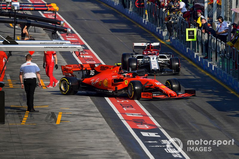 Charles Leclerc, Ferrari SF90, esce dal box davanti a Kimi Raikkonen, Alfa Romeo Racing C38