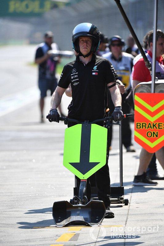 Meccanico Mercedes in pit lane