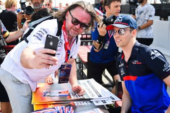 Daniil Kvyat, Toro Rosso poses for a selfie with a fan