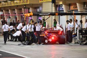Carlos Sainz Jr., McLaren MCL34, al box durante le qualifiche