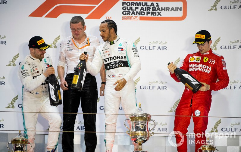Valtteri Bottas, Mercedes AMG F1, 2° classificato, Andy Cowell, Managing Director, HPP, Mercedes AMG, Lewis Hamilton, Mercedes AMG F1, 1° classificato, e Charles Leclerc, Ferrari, 3° classificato, sul podio