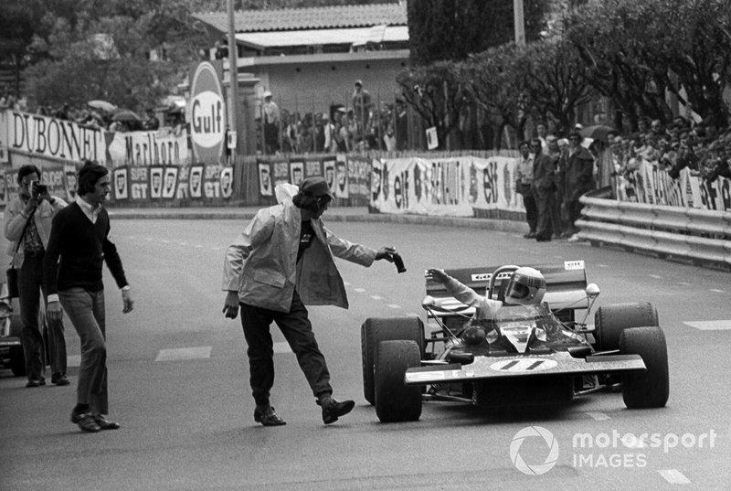 Переможець Джекі Стюарт, Tyrrell 003, отримує пляшку Coca-Cola від механіка Tyrrell Річарда Хілла