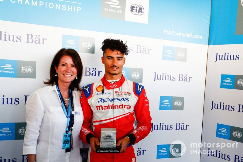 Pascal Wehrlein, Mahindra Racing receives his Julius Bär pole position trophy