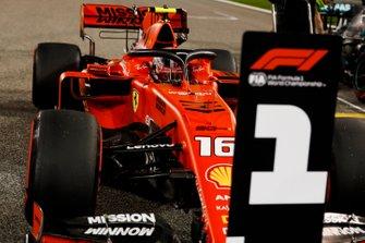 Charles Leclerc, Ferrari SF90, fête sa pole position dans le Parc Fermé