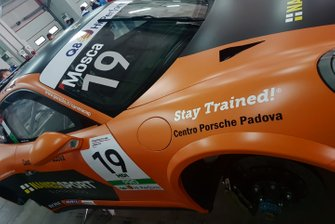La Porsche di Tommaso Mosca, Ombra Racing, nel garage