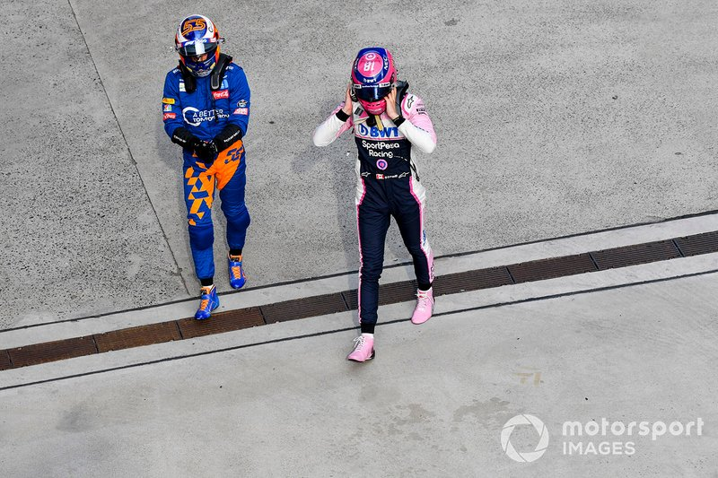 Carlos Sainz Jr., McLaren, y Lance Stroll, Racing Point, en Parc Ferme