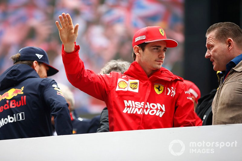 Charles Leclerc, Ferrari, habla con Jos Verstappen