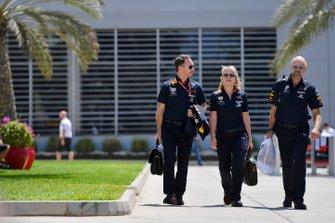 Christian Horner, Director del equipo Red Bull Racing, Jayne Poole, Directora de Recursos Humanos, Red Bull Racing (F1) y Red Bull Technology, y Adrian Newey, Director Técnico, Red Bull Racing