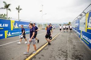 Sam Bird, Envision Virgin Racing, Robin Frijns, Envision Virgin Racing, walk the track with team members