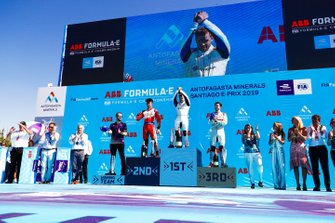 Le vainqueur Sam Bird, Envision Virgin Racing, le deuxième, Pascal Wehrlein, Mahindra Racing, le troisième, Daniel Abt, Audi Sport ABT Schaeffler, et Leon Price, Team, directeur sportif Envision Virgin Racing, sur le podium