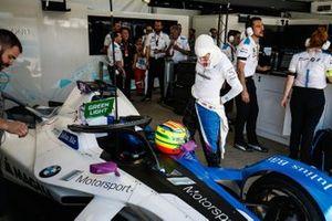 Alexander Sims, BMW I Andretti Motorsports, junto a su BMW iFE.18