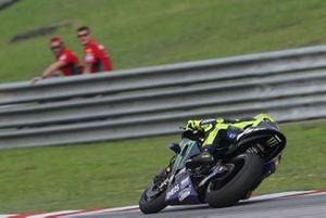 Valentino Rossi, Yamaha Factory Racing, beobachtet von Danilo Petrucci, Ducati Team