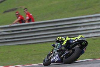 Danilo Petrucci, Ducati Team regarde Valentino Rossi, Yamaha Factory Racing