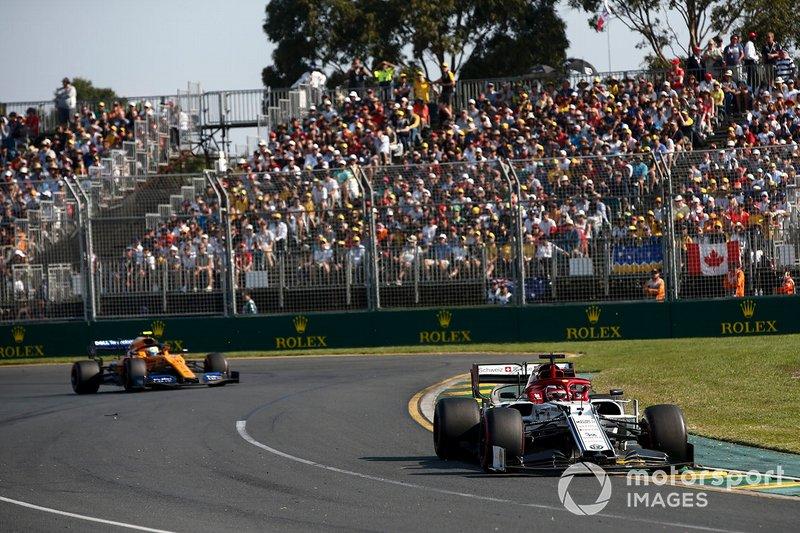 Kimi Raikkonen, Alfa Romeo Racing C38, precede Lando Norris, McLaren MCL34