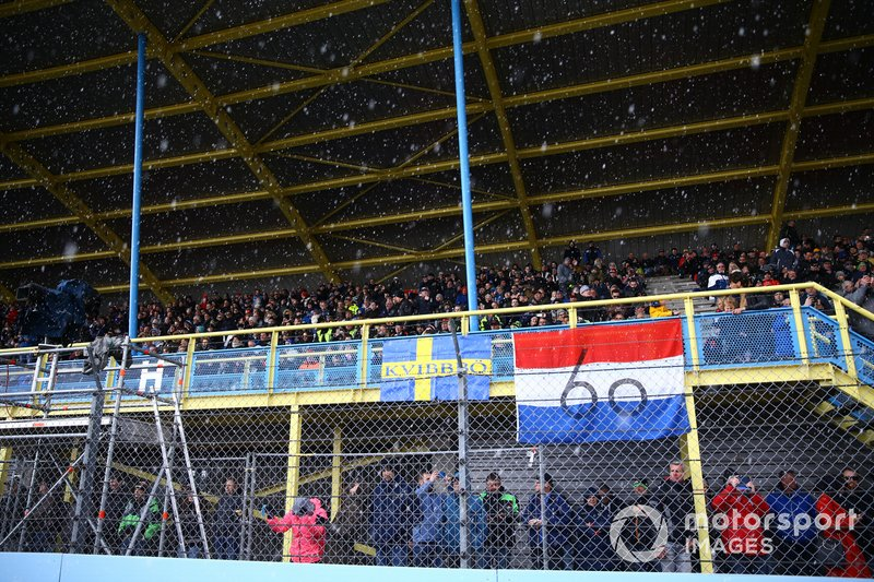 Grandstand, crowd, snow