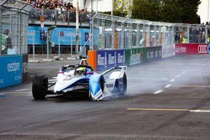 Alexander Sims, BMW I Andretti Motorsports, BMW iFE.18, sans aileron avant après un accrochage dans le premier tour