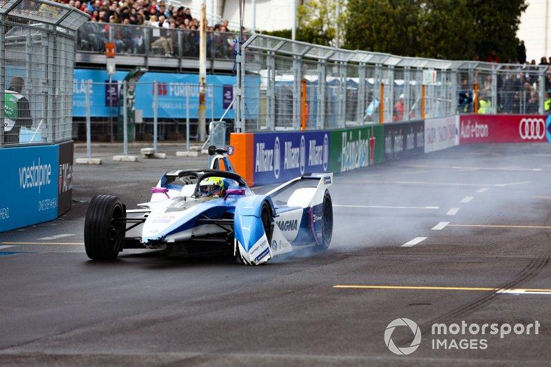 Alexander Sims, BMW I Andretti Motorsports, BMW iFE.18, senza ala anteriore dopo una collisione al primo giro