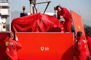 De auto van Sebastian Vettel, Ferrari SF90, keert terug in de pits