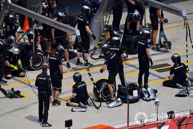 Mercedes pit crew during practice