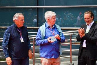 Giorgio Piola e Roger Benoit, alla presentazione ufficiale della moneta F1 1000 accanto a Marin Aleksov, Fondatore e CEO, Rosland Capital