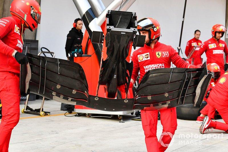 Mecánicos de Ferrari con un alerón delantero del SF90