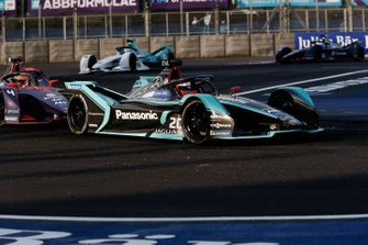 Mitch Evans, Panasonic Jaguar Racing, Jaguar I-Type 3 devant Robin Frijns, Envision Virgin Racing, Audi e-tron FE05 avec l'Attack Mode