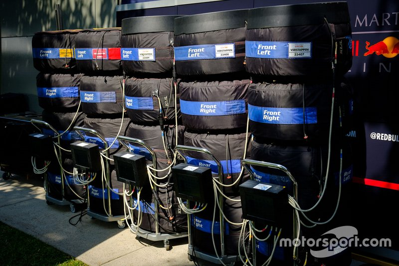 Gli pneumatici Pirelli di Max Verstappen, Red Bull Racing nelle termocoperte