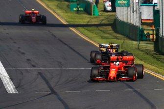 Sebastian Vettel, Ferrari SF90, voor Max Verstappen, Red Bull Racing RB15, en Charles Leclerc, Ferrari SF90