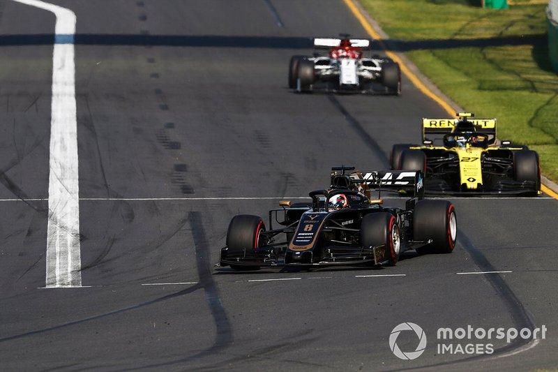 Romain Grosjean, Haas F1 Team VF-19, precede Nico Hulkenberg, Renault F1 Team R.S. 19, e Kimi Raikkonen, Alfa Romeo Racing C38