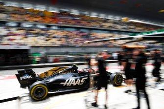 Kevin Magnussen, Haas F1 Team VF-19, returns to the garage