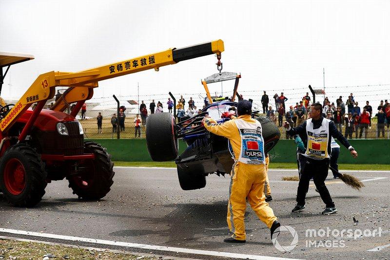 Alexander Albon, Toro Rosso STR14, kaza sonrası pistten kaldırılıyor