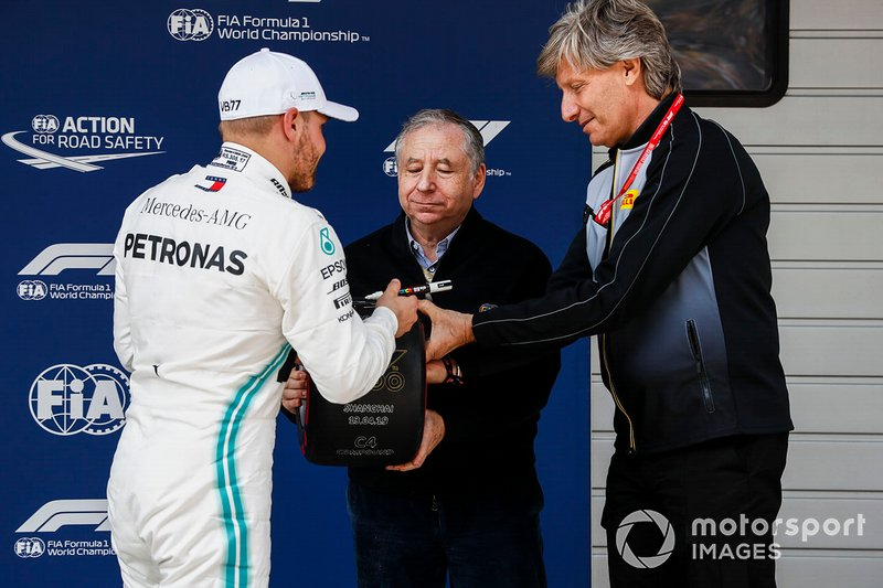 Pole man Valtteri Bottas, Mercedes AMG F1, receives his Pirelli Pole Position Award