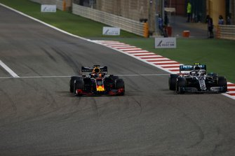 Max Verstappen, Red Bull Racing RB15, met Valtteri Bottas, Mercedes AMG W10