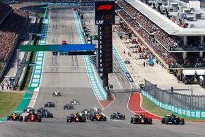 Max Verstappen, Red Bull Racing RB16B, Lewis Hamilton, Mercedes W12, Sergio Perez, Red Bull Racing RB16B, Carlos Sainz Jr, Ferrari SF21, Daniel Ricciardo, McLaren MCL35M, Charles Leclerc, Ferrari SF21 e il resto del campo alla partenza