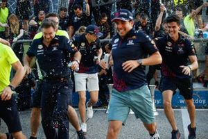 Adrian Newey, Chief Technical Officer, Red Bull Racing, Masashi Yamamoto, General Manager, Honda Motorsport, Helmut Marko, Consultant, Red Bull Racing, Christian Horner, Team Principal, Red Bull Racing, Max Verstappen, Red Bull Racing and Sergio Perez, Re