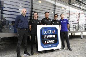 Darryn Binder, Andrea Dovizioso, RNF Racing, Razlan Razali, fundador y director del equipo, RNF Racing, Matteo Ballarin, presidente de Europe Energy Group, Lin Jarvis. El director general de Yamaha Motor Racing