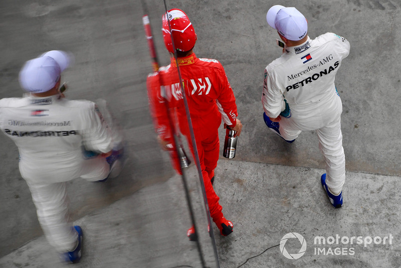 Sebastian Vettel, Ferrari y Valtteri Bottas, Mercedes AMG F1 en parc ferme